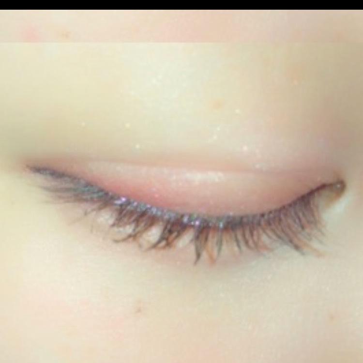 目尻側に左下の赤を載せ、目のキワに紫をラインを引くように載せます