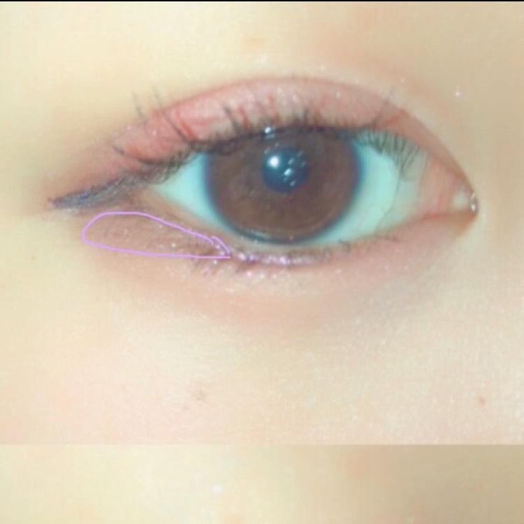 涙袋にはアイホールに塗ったのと同じ薄い紫を全体に載せ、囲ったところに右下の紫を載せます  アイラインとくっつけてしまうと逆に目が小さく見えてしまうので、アイラインとこのアイシャドウのあいだにほんの少し隙間を開けます