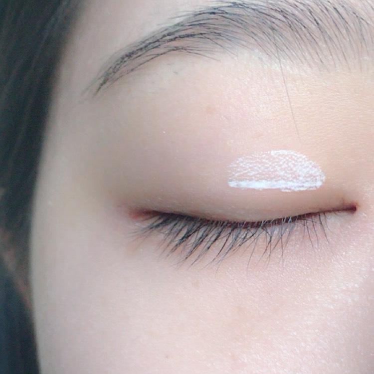 目頭側に二重のりを塗ります。この時目尻の最後まで引いてしまうと不自然になりすぎるので私は目頭だけにつけるようにしています。