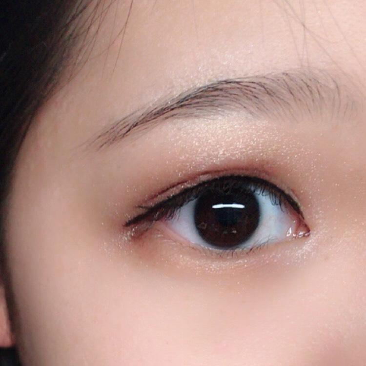 つごはアイライナーです。アイライナーは目が大きく見えるようにしっかりまつげの隙間を埋めて目尻まで描きます。目頭に切開ラインを描くとより大きな目になります。