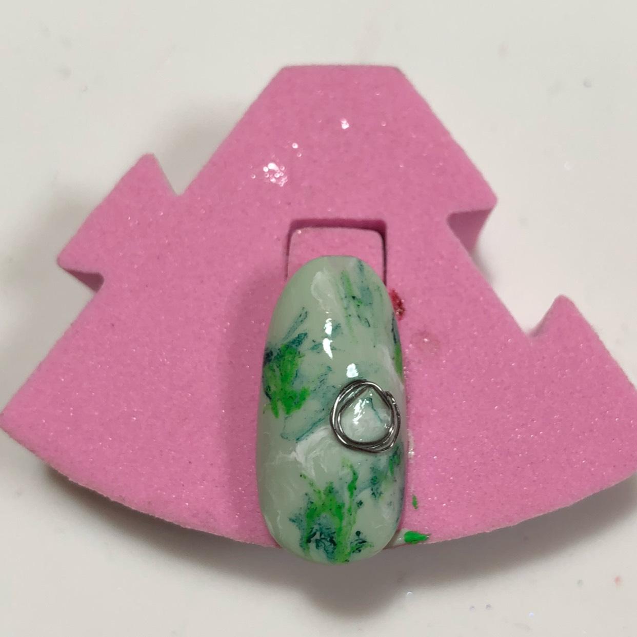 最後にニュアンスネイルでよく使われている銀のパーツをマルめて付けて硬化します