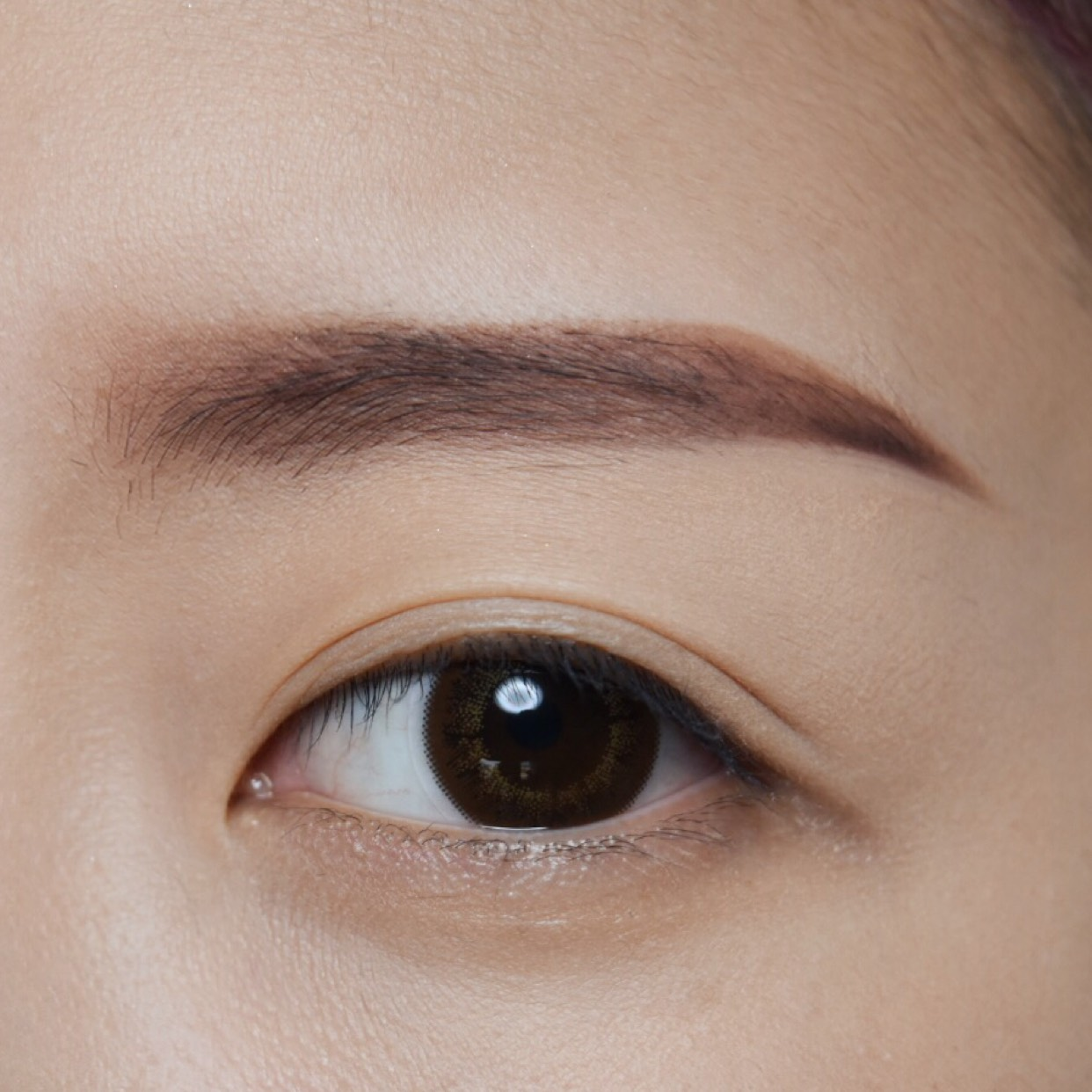 パウダーで馴染ますと共に眉の色むらも均等にしていきます