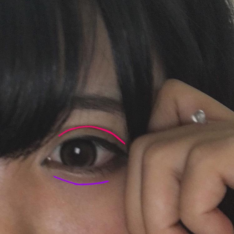 ピンク 二重のラインをダブルラインフェイカーで3回程なぞります。 紫 デザイニングアイブロウの1番濃い色と真ん中を混ぜて涙袋の影を書きます。