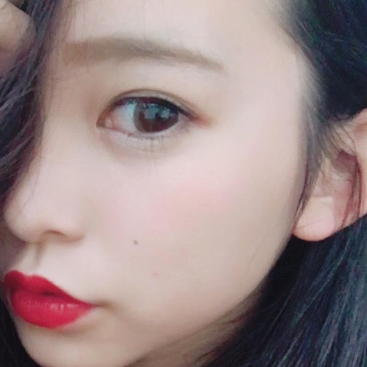 眉は太めに描きます。 赤リップは唇より2ミリオーバー塗っています。
