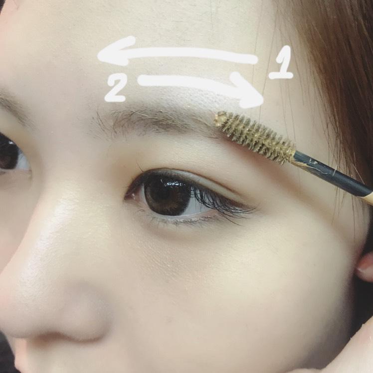 眉マスカラを、毛流れに逆らって塗った後、毛並みを整えるように2度塗ります。