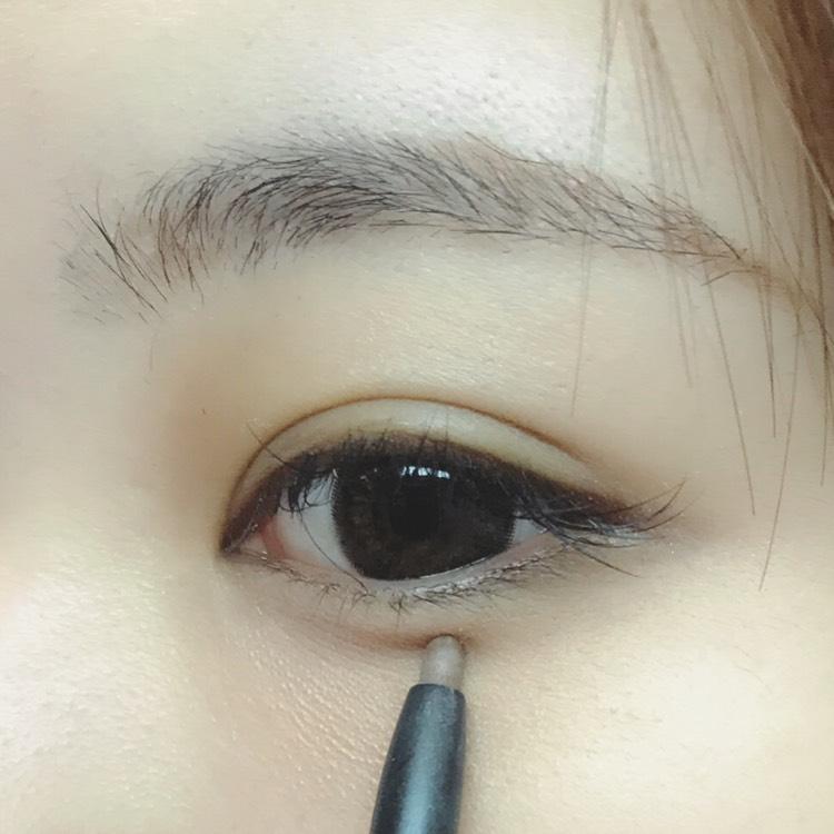 そのまま同じペンシルで、黒目の下が一番濃くなるように涙袋の影を書きます。