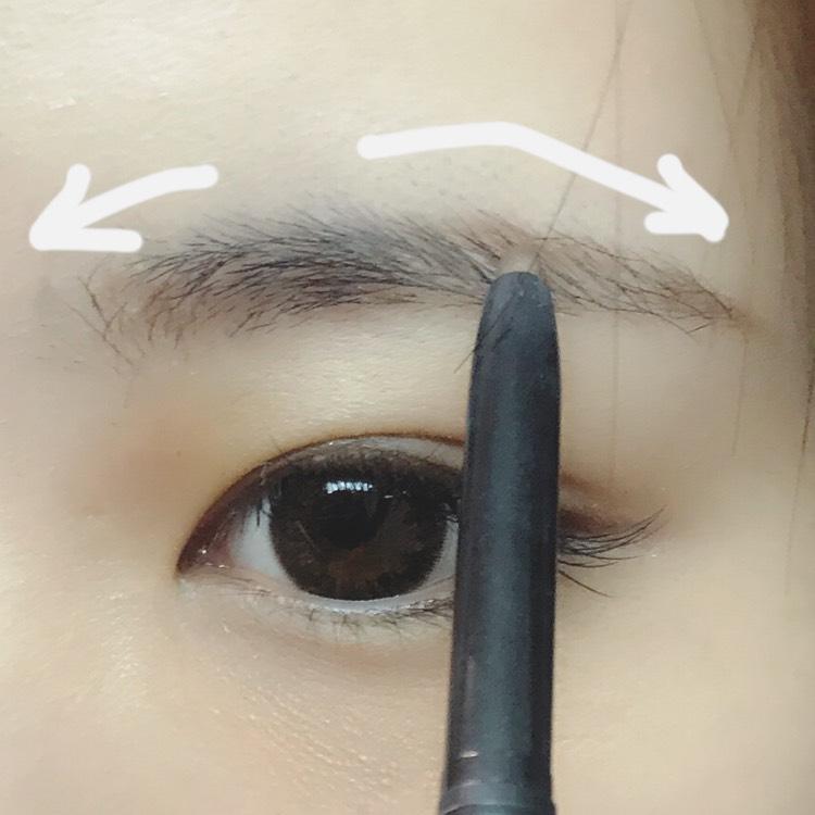 眉山を決めてから足りないところをペンシルで書きます。眉頭は反対方向に。書きやすい方の眉毛から書くと失敗しにくいです!