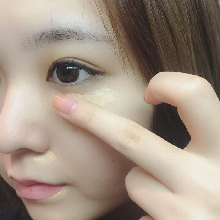 目の下、小鼻、口角、ニキビ跡など気になる箇所にコンシーラーをのせ、指でポンポンと叩きながら馴染ませます。