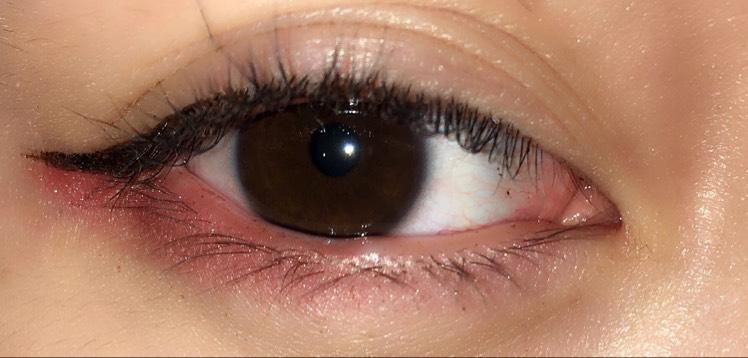 アイラインはブラックで軽くはね上げます 締め色はベースはバーガンディカラーで、目の際にブラウンをのせ引き締めるように見せます