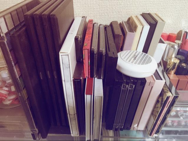 隣のケースの上にアイシャドウパレットを置いてるよ。 海外のものが多くて形が異常なほどバラバラでこまってるよ。 誰か収納方法教えて。