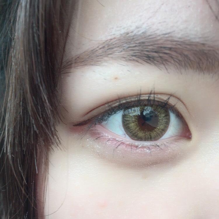 粘膜をしっかりペンシルで埋めたら、目の形に合わせてラインを引いていき、眉毛と平行になるようにラインを下ろしていきます