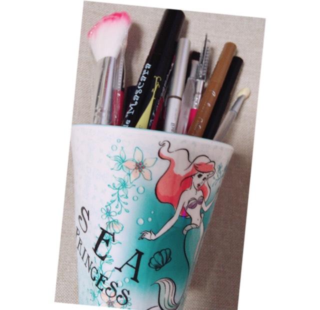 筆や、アイライナーマスカラなどは、大好きな、アリエルのコップに、収納コップは、600円+税ぐらい