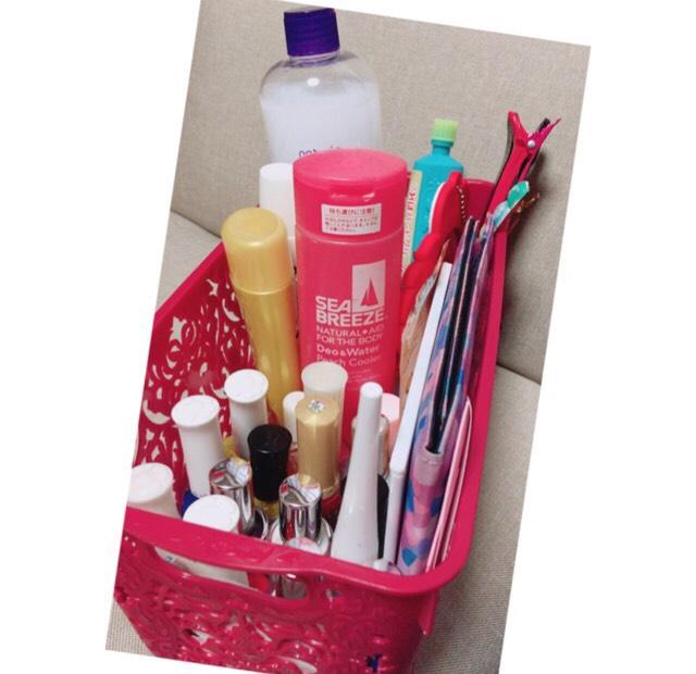 奥には、化粧水、日焼け止め、ハンドクリーム、シーブリーズ、ピン、鏡など、手前は、マニキュア、あぶらとり紙などなど。ピンクのケースは、確かダイソーで108円