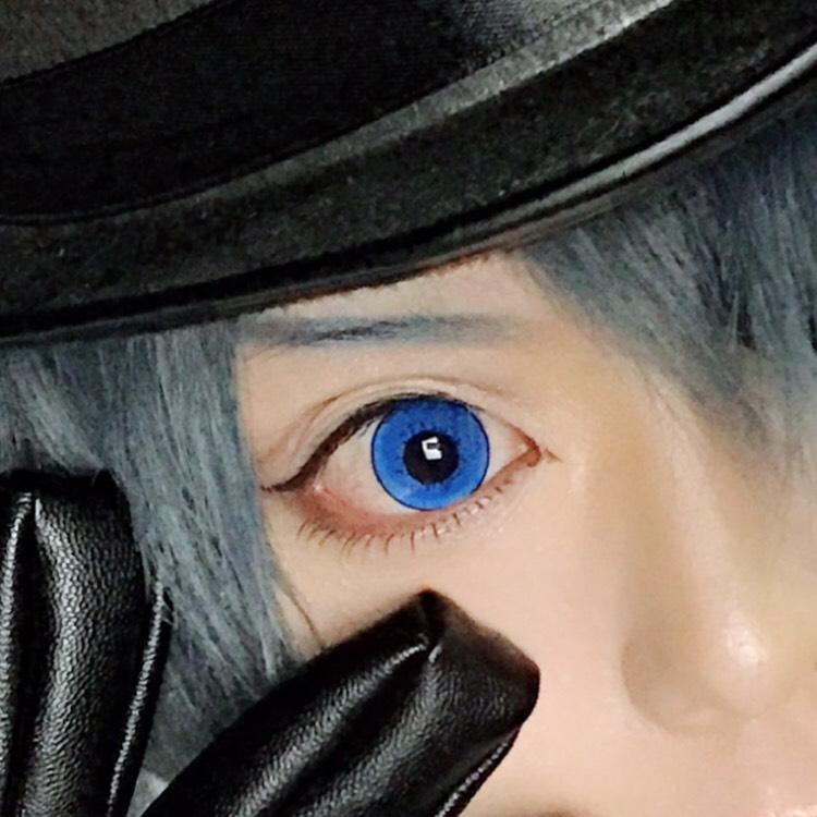 アイラインは黒で、目のキワにそって細く引く。目尻は少し跳ね上げる。私は目と目が離れているので、目頭切開ラインは長めに引いてます。  ベルバラのアイライナー使ってます。