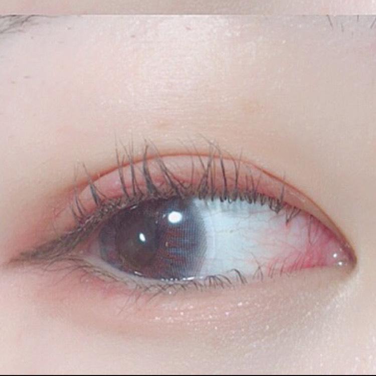 アイホール全体にマットなピンクを入れたあと、二重幅目尻側に濃いめのピンクを置いて軽くグラデーションにします 目のキワにマットな赤シャドウをいれます