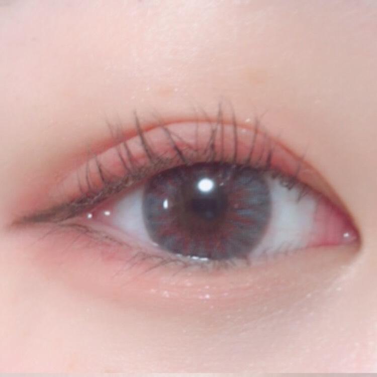下まぶたにもコーラルピンクをいれ、目尻側に赤ラインをいれます  目頭側にポイントでラメシャドウをいれます  アイラインは目尻だけに、目の形に沿ってひきます