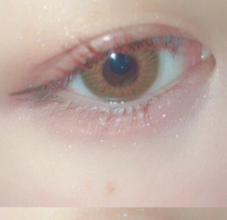 アイホール全体にベージュのキラキラシャドウを入れたあと、目尻側だけに濃いめのピンクをかさねます  紫のアイシャドウを目のキワにいれ、黒目の上だけにキラキラピンクをいれます