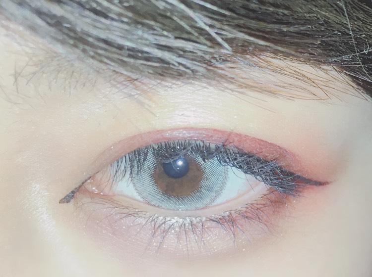 切開ラインとアイライナーを書きます。  切開ラインは目の上の形に沿って書き...  アイラインはまた上の目の形に沿って少し最後だけ跳ね上げて書きます。