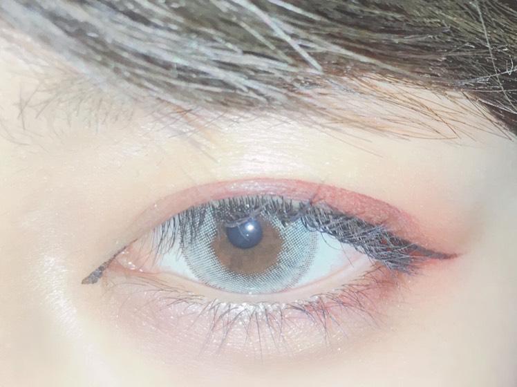 マスカラは上全体と下まつ毛の黒目の部分にのみ塗ります。