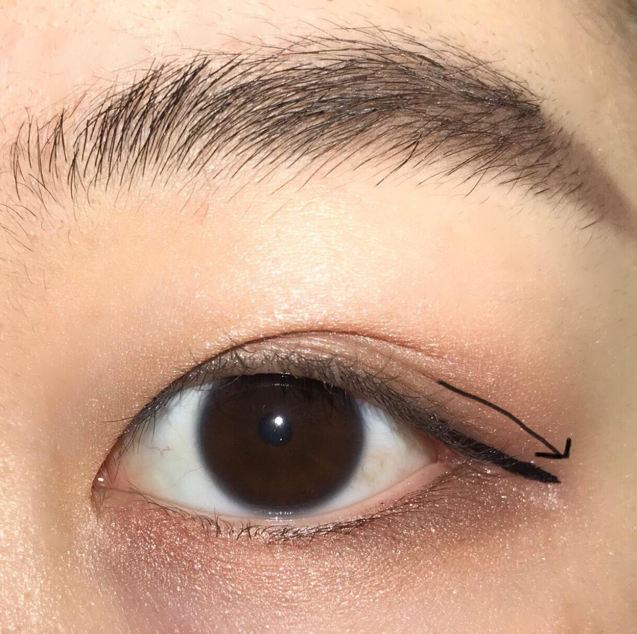 次はアイラインです♪ アイラインはブラックのカラーで、目の形に沿って少し長めにタレさせます…♡