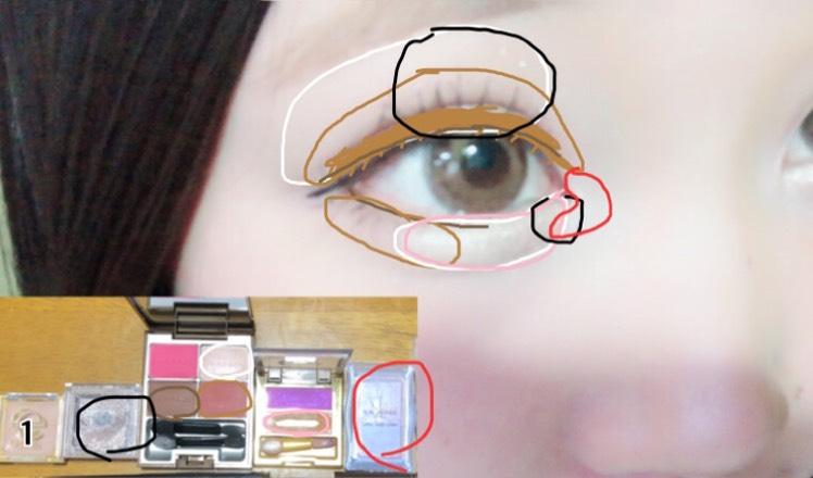1.シャドウベースを上まぶた下まぶたに塗る。 アイブロウペンシルで涙袋を書く。  白:瞼全体、下瞼3分の2 薄茶:アイホール全体、二重幅、下瞼3分の2 茶:目の際、下瞼の際 ピンク:涙袋 黒:目の上、目頭 赤:目頭にくの字