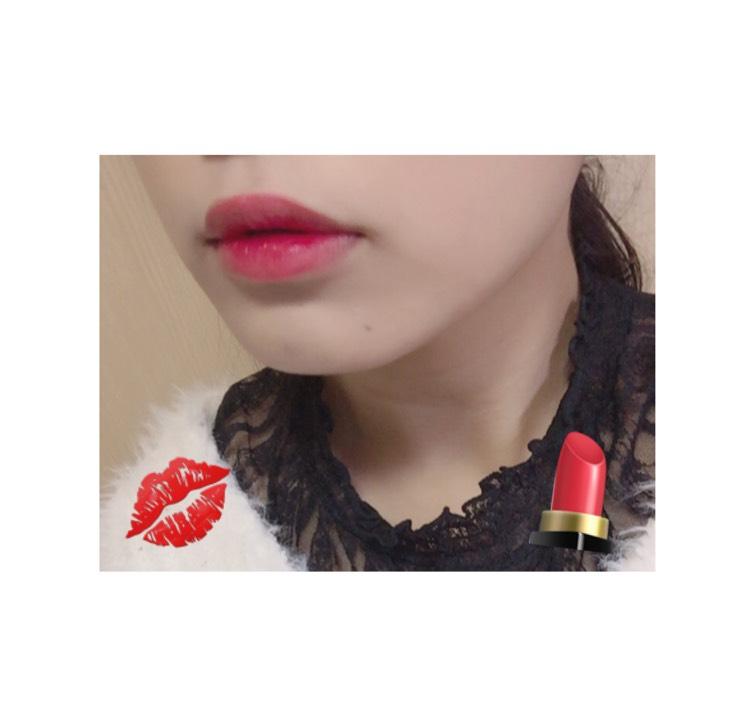 リップ  赤いティントを唇の中心にぬり、指で縁をぼかします。
