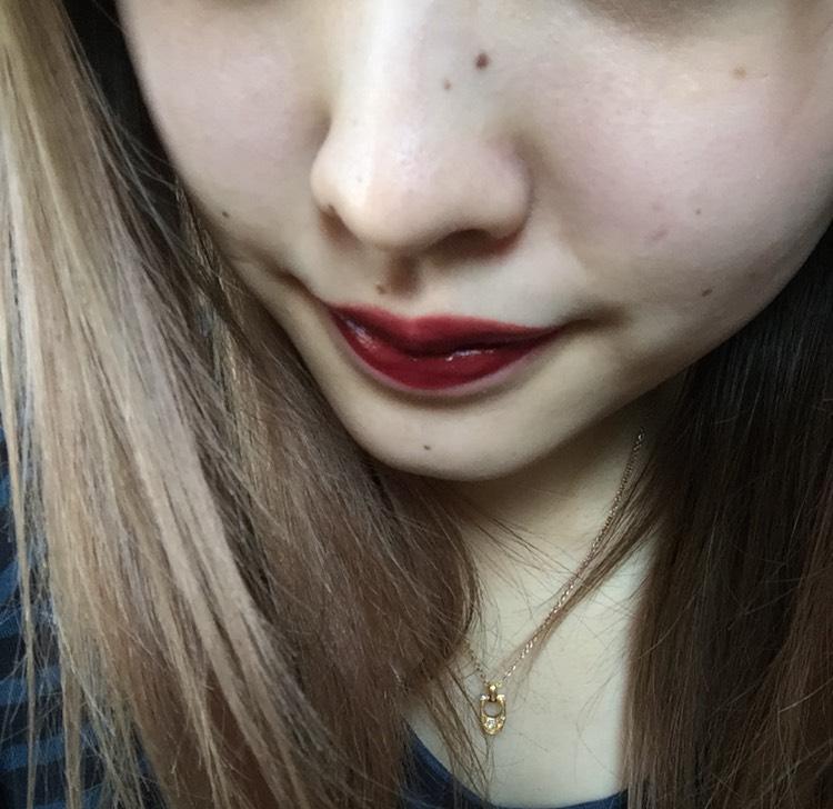 目元が少し濃いので、チークは薄く、リップを強い赤っぽい色にしました  チークは頰中心からこめかみあたりにむかってさっといれます