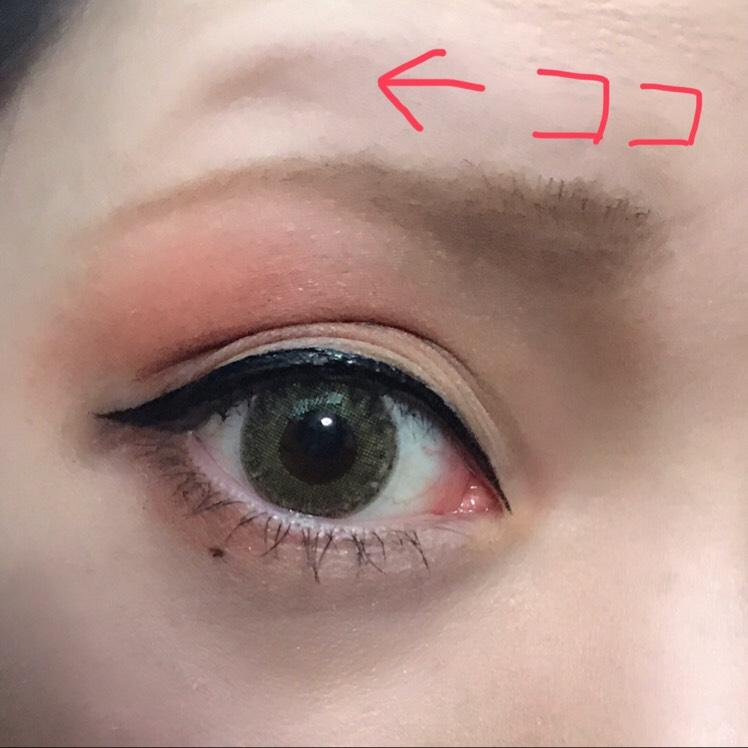 眉は並行気味に、目をカッ!と開いた時にできるくぼみを眉山にすると自然です (ちょっとずれてしまいました