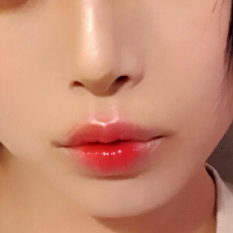 最後はリップです。 まずコンシーラーで唇の色を消します。 そしたら赤い色を中心にのせて指で外側にぼかします。 このとき横にはあまり広げないようにしましょう。 唇の輪郭をちょっとはみ出すくらいにオーバー気味に広げるといいと思います。