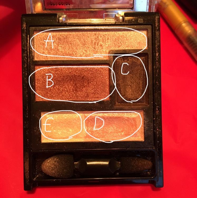 まぶた全体にA、Cで目のキワを塗りBでぼかしてグラデーションを作ります!