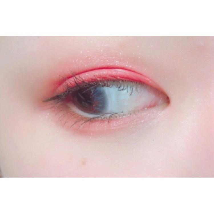ブラシでアイホール全体に薄く塗ったあと、指で二重幅に重ねます  下まぶたは目尻側にブラシで置いてから黒目くらいまでぼかします