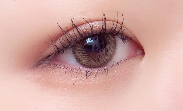 ピンクブラウンを目尻から黒目の始まりくらいまで塗ります  このカラーだけすこし幅広めにします
