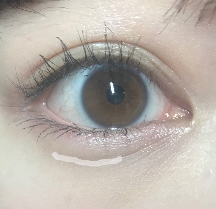 付属のチップや細い筆、綿棒などで黒目の下だけにアイブロウパウダーの一番濃い色を塗り、ぼかします。 目頭と目尻は描きません。(目頭は薄く描いても大丈夫です。) 目尻を描かないことで笑ったときにより自然にぷっくり見えます。