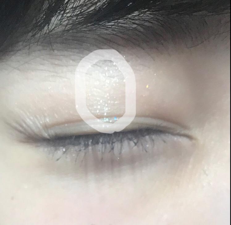 黒目の上だけにeを縦に乗せます。 目が縦に大きく見えます。