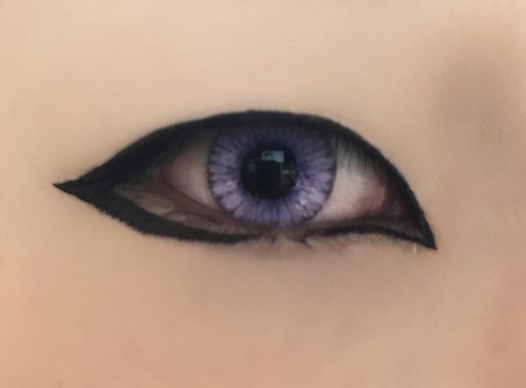 目尻は少し下げて太くなってくように囲む。 目頭は目尻と繋がらない程度に細く引く。