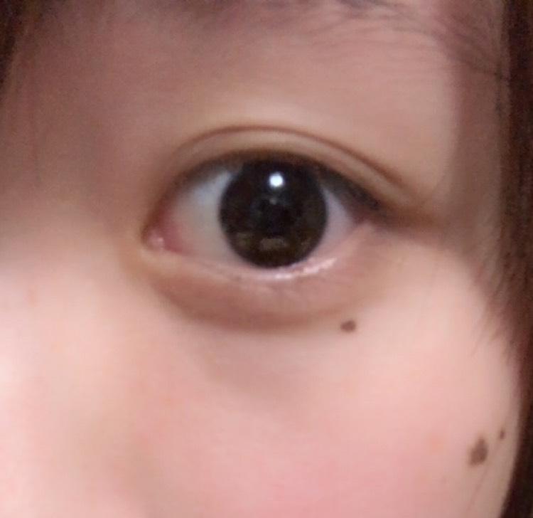 ケイトWワイドライナーN[EX-1]のパウダーを使い、二重幅のところ、目尻にだけ付けていきます。そして上に上にぼかしていきます。これで目が少し濃く見えます。