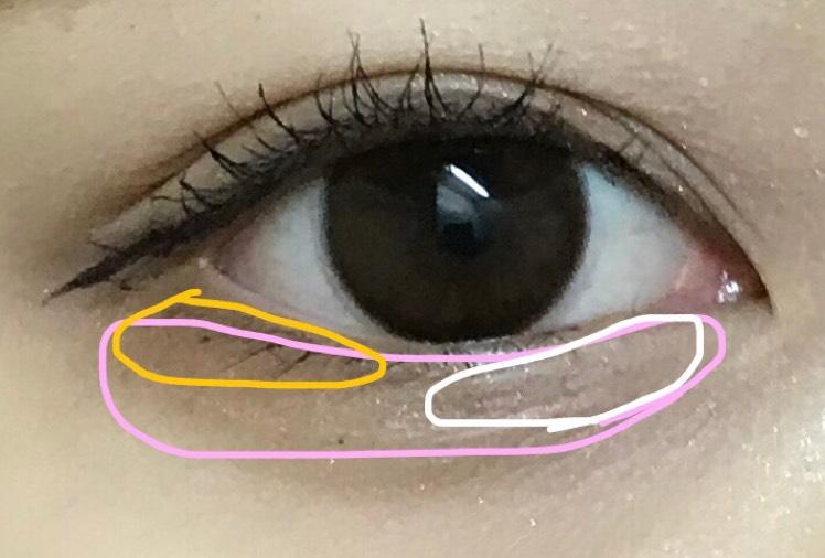 ・アイシャドウ  上瞼は右上の色、単色で二重のちょい上まで薄めに広げます
