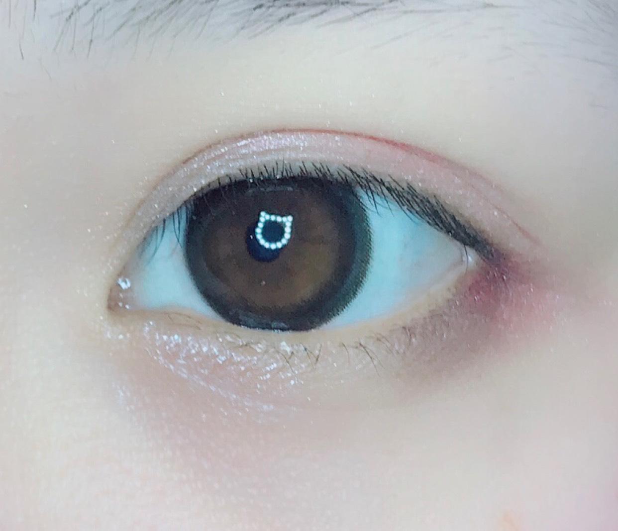 薄いブラウンを瞼の二重幅全体にのせ、その上にピンクを重ねて指でぼかします。 目尻の下には濃いブラウンのアイシャドウをのせ、こちらもピンクを重ねてぼかします。