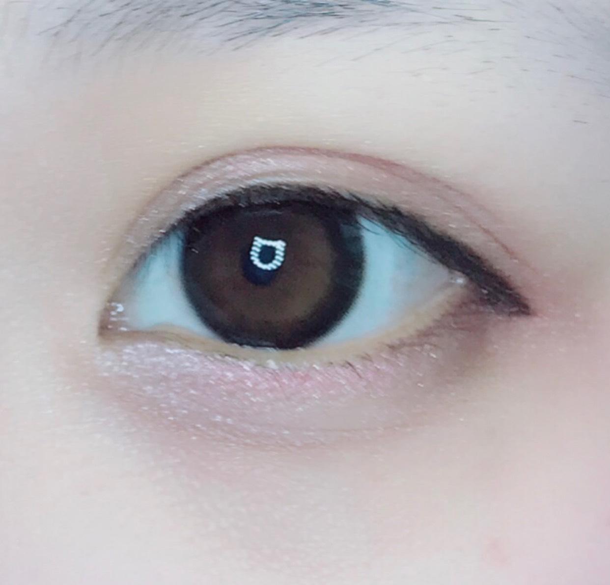 涙袋全体に薄ピンク色を入れ、黒目の下に濃いピンクをのせてぼかします。 涙袋の影は、100均の眉ライナーで描いて綿棒でぼかしてます。