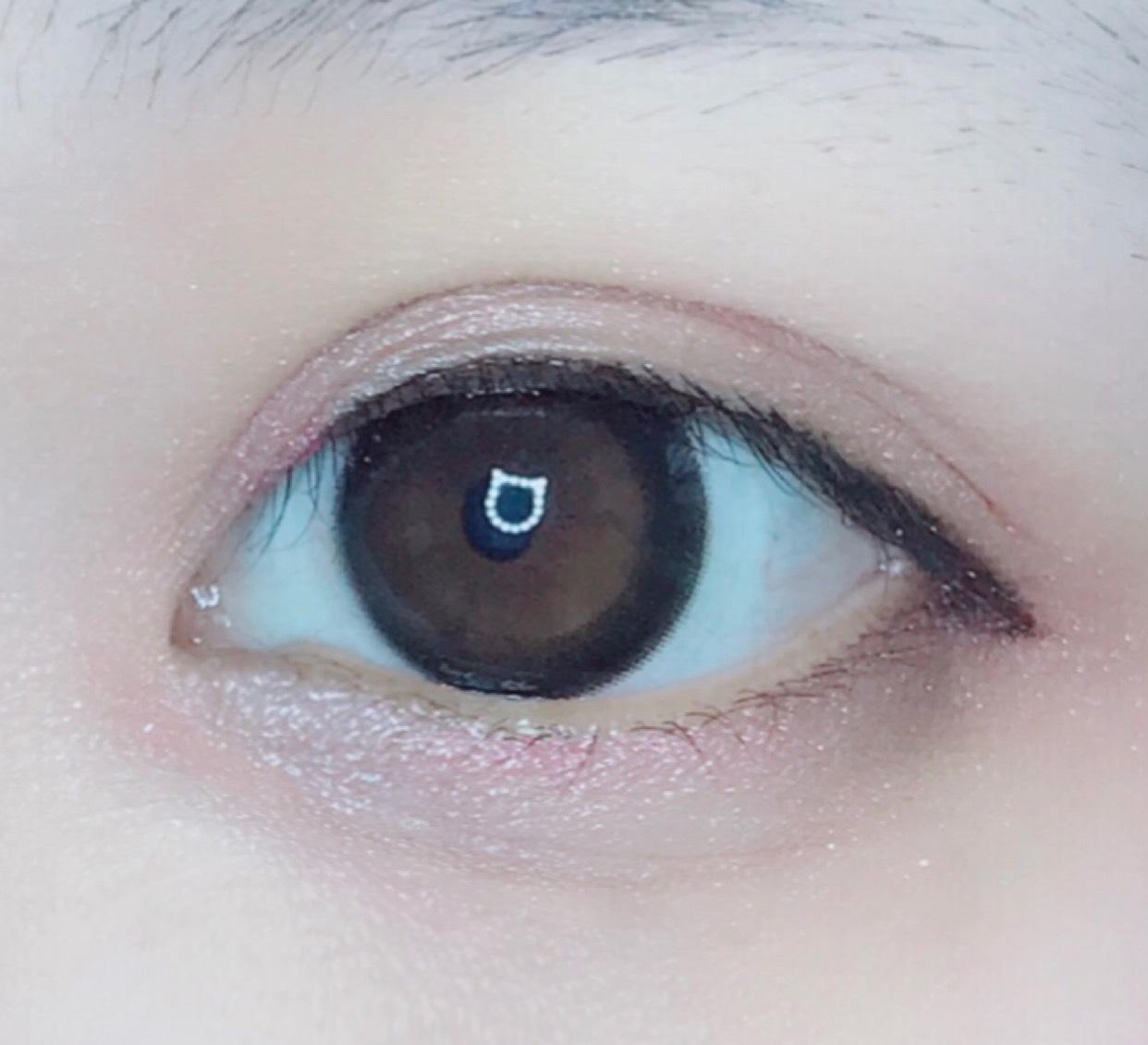 離れ目がコンプレックスなので、 目頭にも薄くブラウンをいれ、 ピンク色を重ねてぼかしてます。