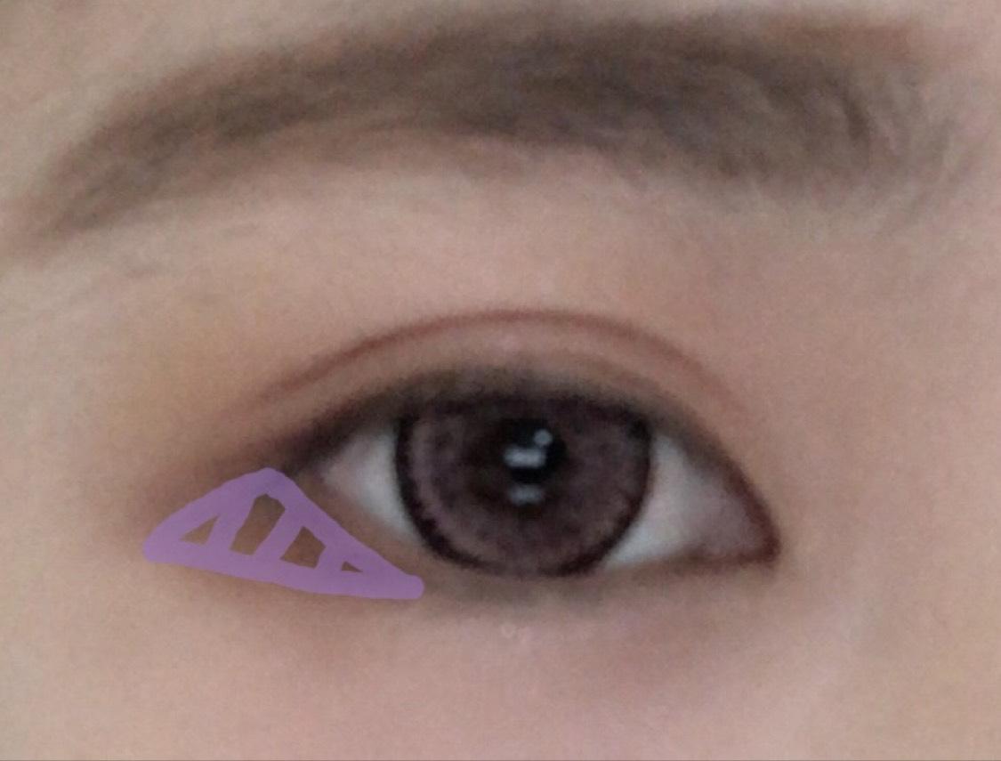 目尻1/3に薄紫で囲っている色を塗ります。