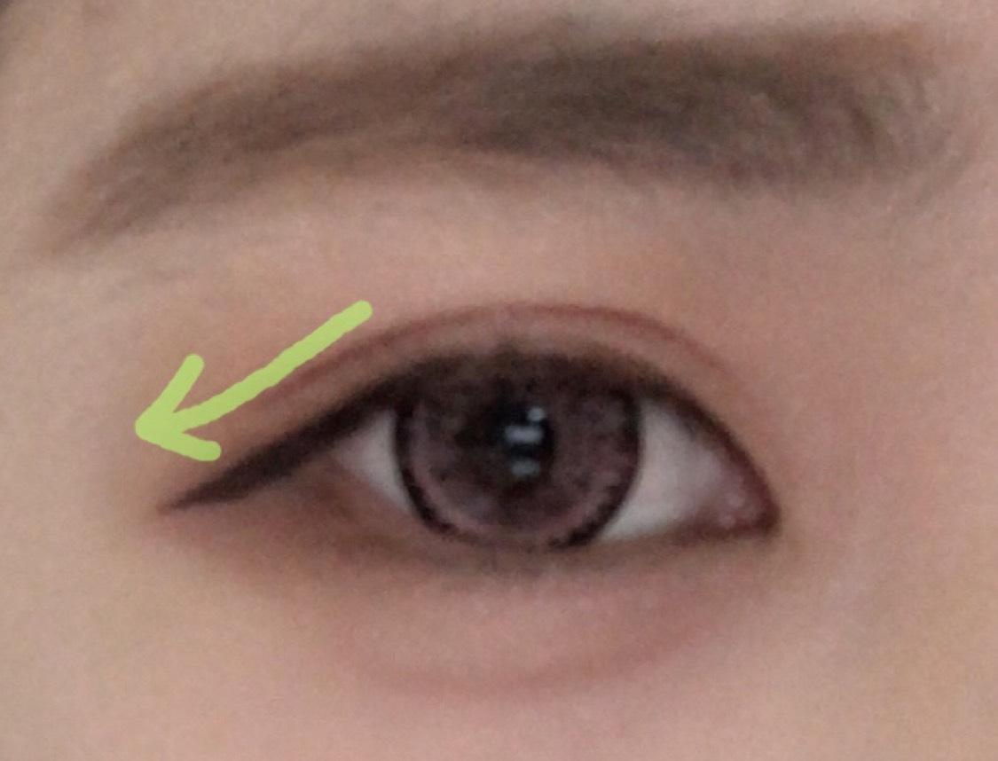 アイラインは少し太く長めに引きます。  目頭の位置とラインの引き終わりが同じ位置になるくらいまで下げます。