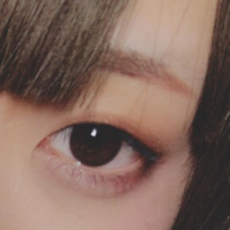 眉毛を忘れてました… 眉毛はすこし下がり気味か並行に書きます。  眉毛の長さを目尻に合わせると目が大きく見えるらしいです。  最後に涙袋の影を書いて、VISEEのゴールドを塗ったら完成です。
