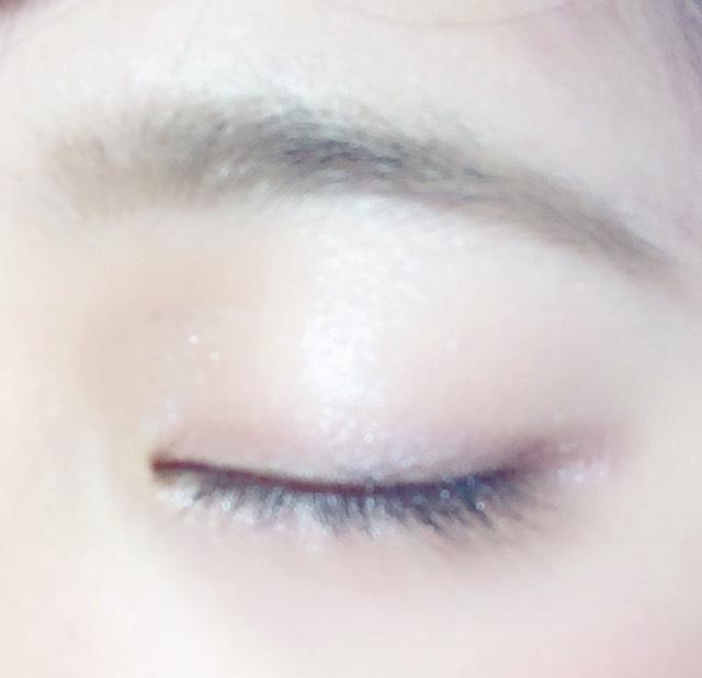 眉毛はパウダーでふんわりと仕上げます。 アイシャドウは3色あるのでグラデにします。 一番明るい色を涙袋にいれます。 マスカラをつけて完成