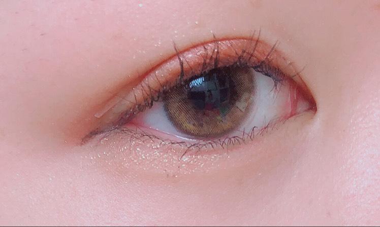 Wラインフェイカーで涙袋の線を書き、綿棒でぼかします  アイラインは目の形に沿って垂れさせます