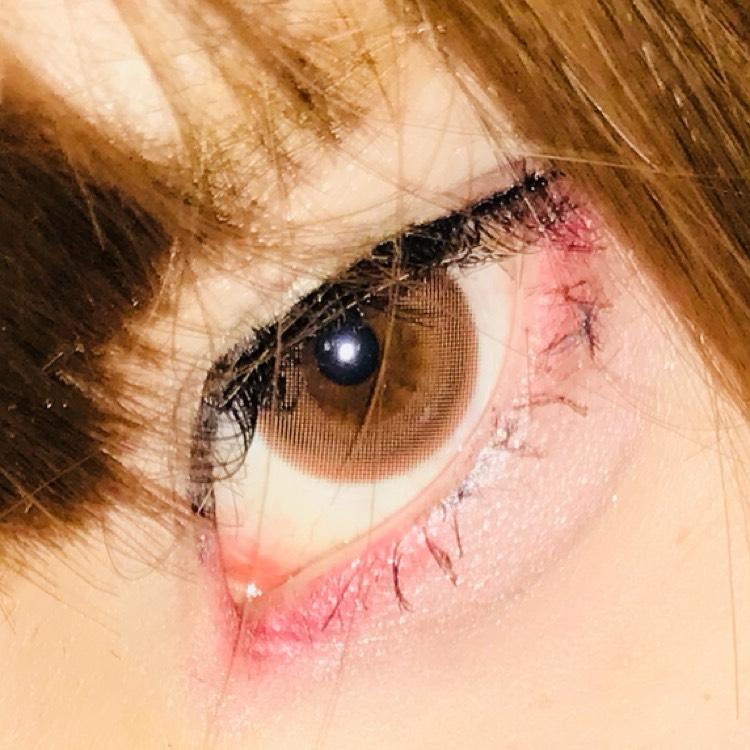 アイラインは黒目の終わり(目頭)から2ミリ程左から目尻手前までブラックのアイライナーで書いた後に、ブラウンのアイライナーに持ち替えたあと自分の目ではなく先程書いた偽粘膜に合わせて偽粘膜を書いた部分の終わりまで引きます。
