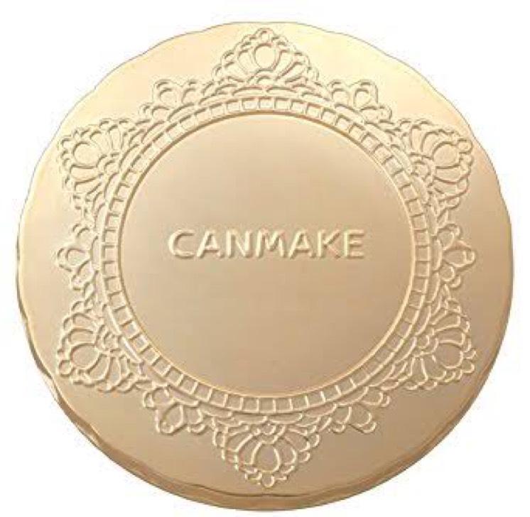 CANMAKEのマシュマロフィニッシュパウダーのMOを顔面にポンポンと叩く。