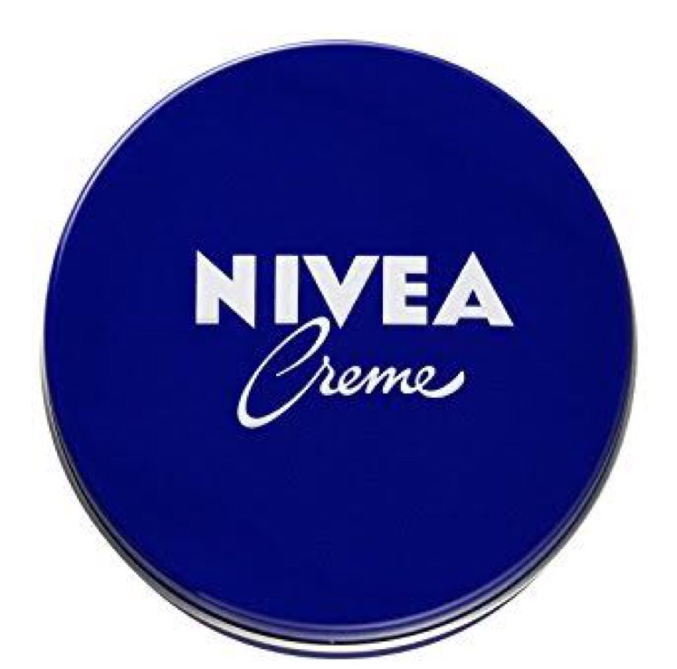 ニベアクリームを人差し指の第1関節が隠れるくらい取り、顔面を包み込むように塗る。