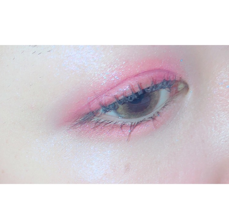 ピンクと青ラメのはいったハイライトを目頭とCゾーンにいれます  まつ毛はいつも通りあげてマスカラをしっかり塗ったら完成です!
