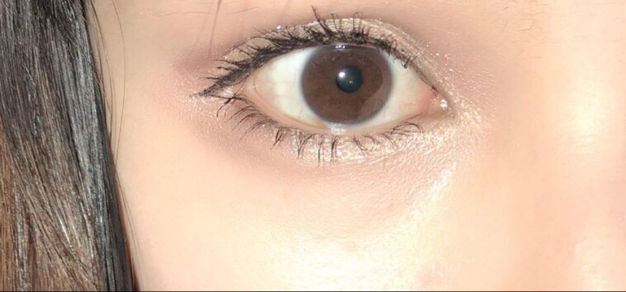 目の周りの下地はブルーとピンクを混ぜてくすみをカバーします。 上からファンデーションを重ねます